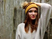 Kobieta ono uśmiecha się w pulowerze i kapeluszu z pompon obraz royalty free