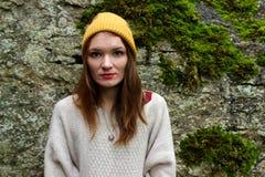 Kobieta ono uśmiecha się w pulowerze i kapeluszu z pompon zdjęcia royalty free