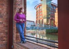 Kobieta ono Wpatruje się przy W centrum Greenville Południowa Karolina obrazy stock