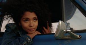 Kobieta opiera na okno furgonetka przy plażą 4k zbiory wideo
