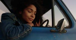 Kobieta opiera na okno furgonetka przy plażą 4k zdjęcie wideo