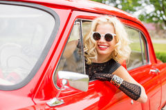 Kobieta opiera z car& x27; s okno obraz royalty free