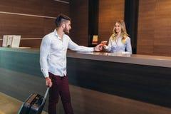 Kobieta opowiada klient podczas gdy stoj?cy przy przyj?ciem fotografia royalty free