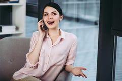 Kobieta opowiada na smartphone obrazy stock
