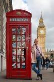 Kobieta opowiada na telefonie komórkowym, czerwonym telefonicznym pudełku i Big Ben, Londyn, Anglia Obrazy Royalty Free