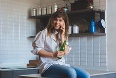 Kobieta opowiada na telefonie komórkowym i napojach piwnych zdjęcie royalty free