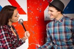 Kobieta Opowiada Obsługiwać z mikrofonem Obrazy Stock
