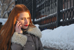 kobieta opowiada wisząca ozdoba w zimie Fotografia Royalty Free