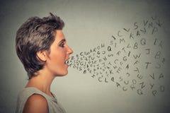 Kobieta opowiada z abecadłem pisze list przybycie z jej usta zdjęcie royalty free