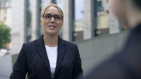 Kobieta opowiada z klientem w garniturze, ekspert w jej polu, tłumacz zbiory wideo