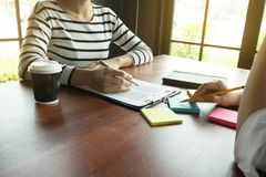 Kobieta opowiada z koleg? o nowym pocz?tkowym projekcie Ludzie biznesu brainstorming poj?cie zdjęcie stock