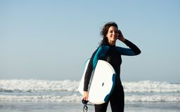 Kobieta opuszcza po surfować z bodyboard Zdjęcia Stock