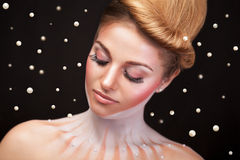 Kobieta otaczająca perłami w nadrealistycznym pojęciu Zdjęcia Royalty Free