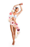 Kobieta otaczająca pięknymi kwiatami Fotografia Royalty Free