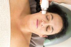 Kobieta otrzymywa diamentowego obieranie przy piękno kliniką zdjęcia royalty free