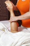 Kobieta otrzymywa fachowego masaż limfatycznego drenaż i - różnorodna techniki demonstracja obrazy stock