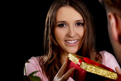Kobieta otrzymywa prezent Obrazy Royalty Free