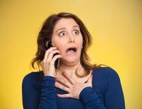Kobieta otrzymywa szokującą wiadomość na telefonie Obrazy Stock