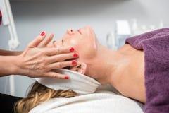 Kobieta Otrzymywa Twarzowego masaż W piękno bawialni fotografia stock