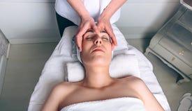 Kobieta otrzymywa twarzowego traktowanie na klinicznym centrum Zdjęcia Royalty Free