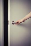 Kobieta otwiera drzwi przy nocą zdjęcie stock