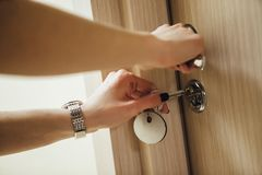 Kobieta otwiera drzwi z kluczem W górę ręk i keyhole fotografia royalty free