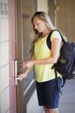 Kobieta otwiera jej pokoju hotelowego drzwi Obraz Stock