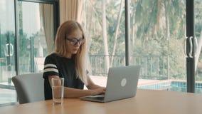 Kobieta otwiera laptop na jej stole w domu i zaczyna pisać na maszynie w ciągu dnia Freelance poj?cie zbiory wideo