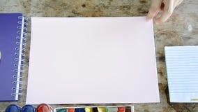 Kobieta otwiera pustą stronę wiele koloru papier zbiory