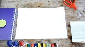 Kobieta otwiera pustą stronę wiele koloru papier zdjęcie wideo