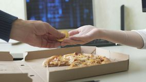 Kobieta płaci bitcoins dla pizzy zbiory wideo
