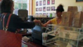 Kobieta płaci dla kawy przy rejestrem zbiory