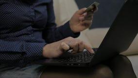 Kobieta płaci elektronicznego rozkaz na laptopie, kredytowej karty używać linia zakupy swobodny ruch zbiory