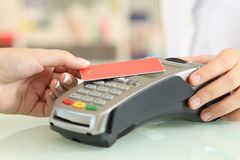 Kobieta płaci z kontakt mniej kredytową kartą w sklepie zdjęcie stock