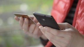 Kobieta Płaci Z Kredytową kartą Na telefonie zdjęcie wideo