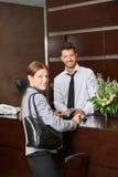 Kobieta płaci z kredytową kartą w hotelu fotografia stock