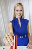 Kobieta Płaci Z Kredytową kartą W sklepie zdjęcia royalty free