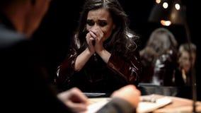 Kobieta płacz, detektywistyczna pokazuje fotografia ofiara krewny po terroryzmu aktu obrazy stock