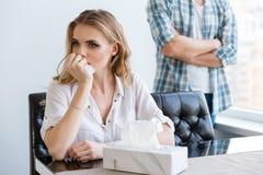 Kobieta płacz po bełta z jej mężem Zdjęcie Royalty Free