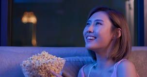 Kobieta płacz podczas gdy oglądający film zdjęcie royalty free