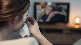 Kobieta płacz podczas gdy oglądający tv w nocy zdjęcia stock