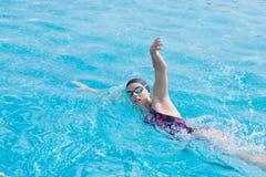 Kobieta pływa frontowego kraula styl w gogle zdjęcia royalty free