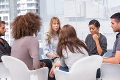 Kobieta płacz podczas grupowej terapii sesi Obrazy Royalty Free