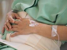 Kobieta pacjenci przyznający szpital przyznają traktowanie leczyć cierpliwego oddziału stomachache siedzącego łóżko fotografia stock