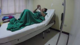 Kobieta pacjent asenizuje ręki z alkoholem zbiory wideo
