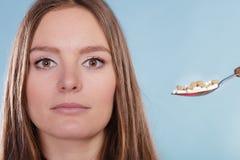 Kobieta pacjent bierze pigułek pastylki Narkoman zdjęcia royalty free