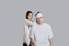 Kobieta pacjenta doktorska opatrunkowa głowa z bandażem Obraz Stock