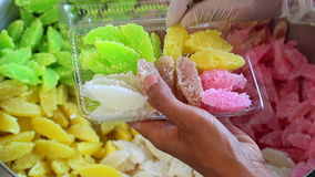 Kobieta Pakuje tajlandzkiego cukierki zdjęcie wideo