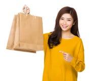 Kobieta palca punkt papierowa torba Fotografia Royalty Free