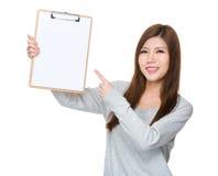 Kobieta palca punkt schowek z białym papierem Obrazy Stock